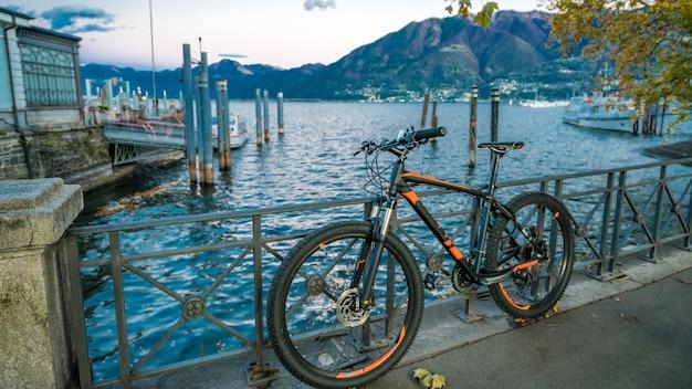 Bicicleta con puerto marítimo de barco
