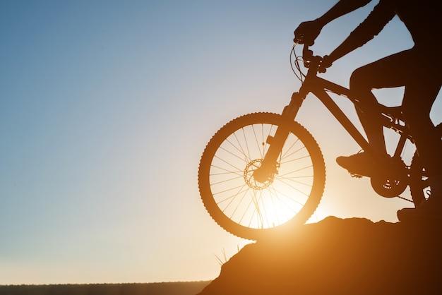 Bicicleta de la puesta del sol al aire libre actividad ciclista