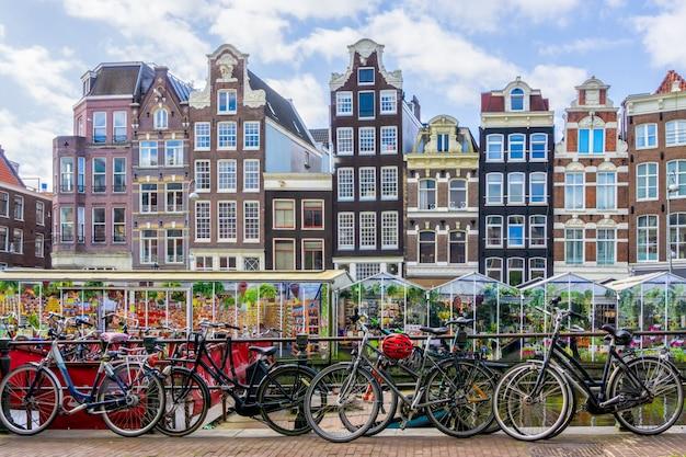 Bicicleta sobre el canal de la ciudad de amsterdam.