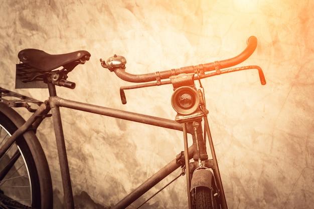 Bicicleta vintage oxidada vieja cerca del muro de hormigón