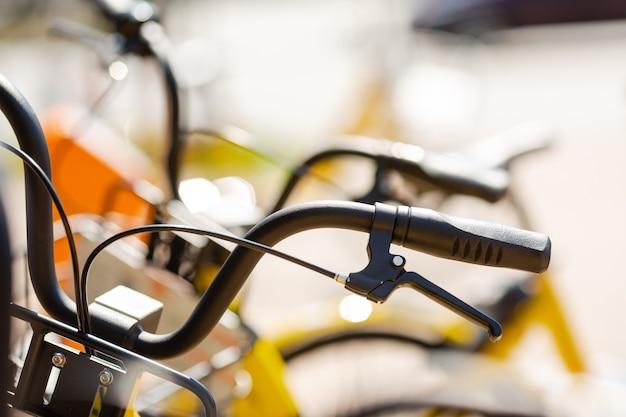 Bicicletas para alquilar en el estacionamiento de la ciudad.