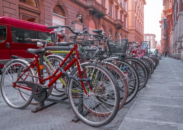 Bicicletas en la calle vieja en florencia italia