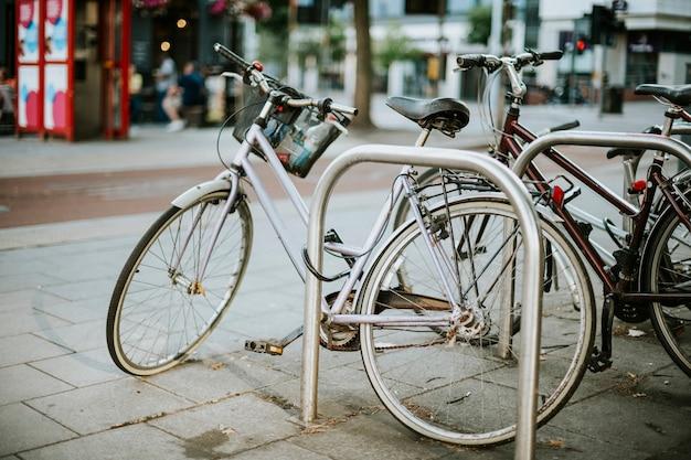 Bicicletas mantenidas en un área suburbana.