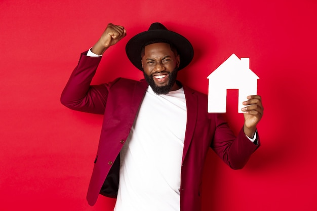 Bienes raíces. hombre negro feliz celebrando