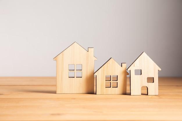 Bienes raíces, modelos de casas de madera en la mesa