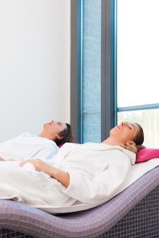Bienestar: hombre y mujer que se relajan después de la sauna