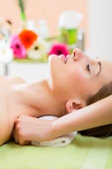Bienestar - mujer recibiendo masaje de hombro en spa