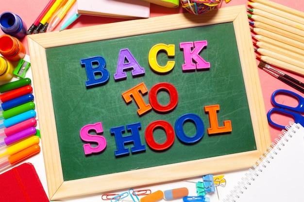 Bienvenido de nuevo a la escuela banner; suministros escolares