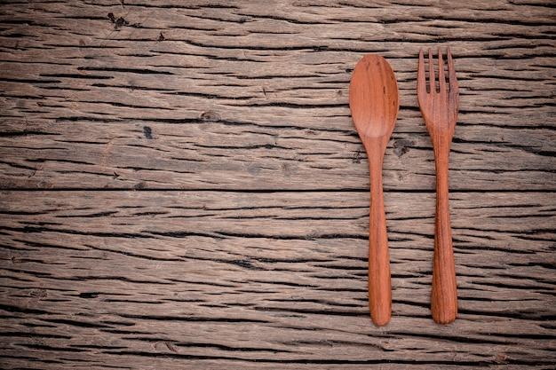 Bifurcación y cuchara en el concepto de madera del fondo de la comida del grunge.
