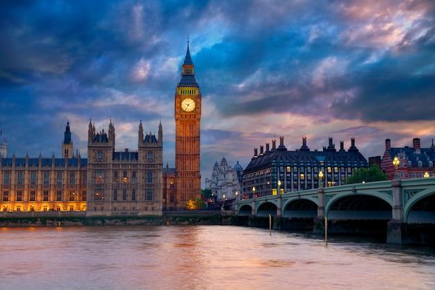 Big ben clock tower de londres en el río támesis