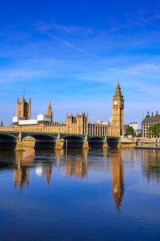 Big ben clock tower y el río támesis de londres