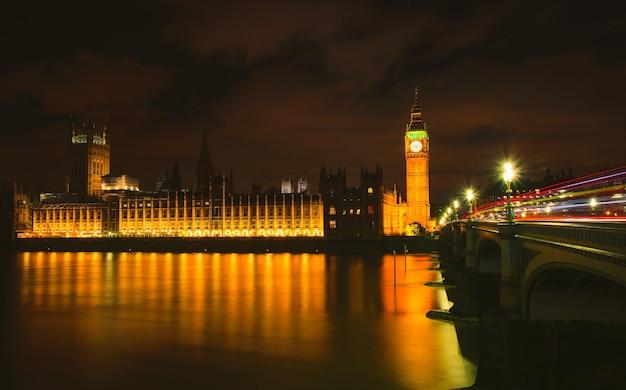 Big ben en la noche, londres, reino unido.