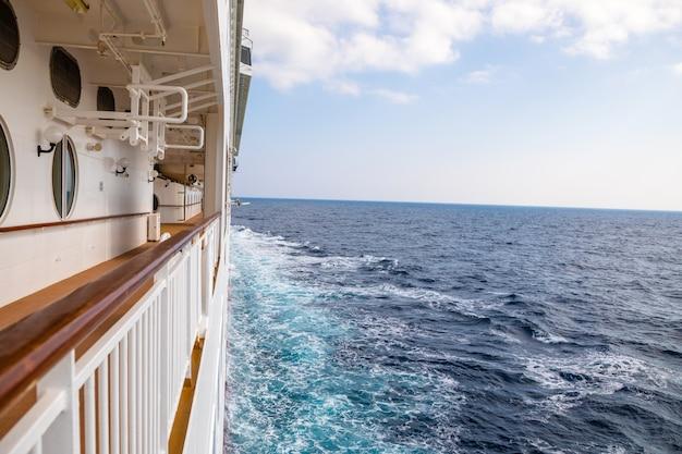 Big cruise liner durante un crucero a grecia