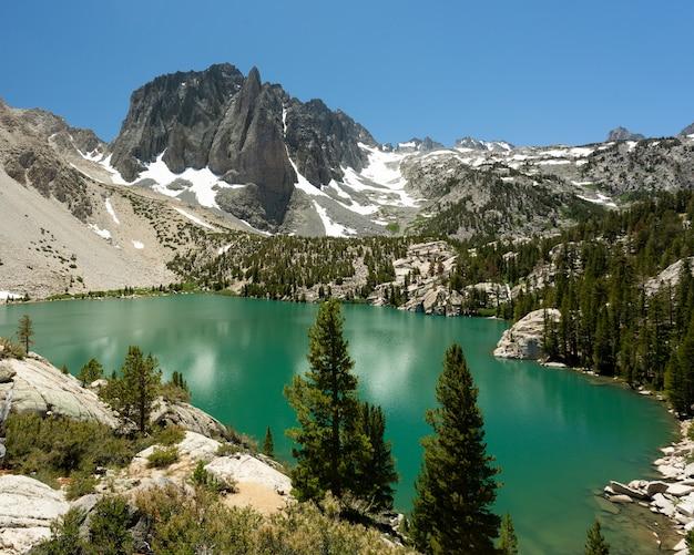 Big pine lake en el bosque nacional inyo, california, ee.