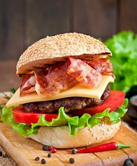 Big sandwich - hamburguesa con carne de res, queso, tomate y tocino frito