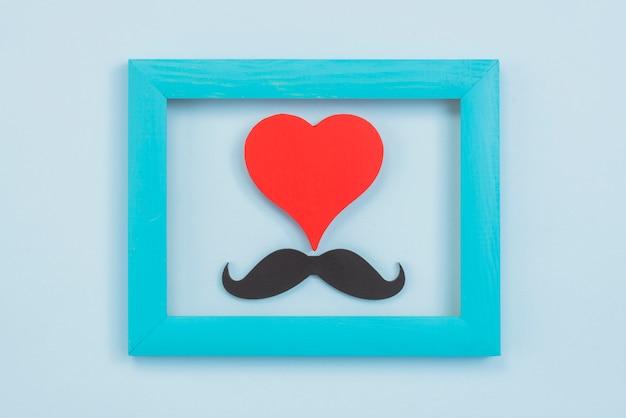 Bigote de papel negro con corazón en marco