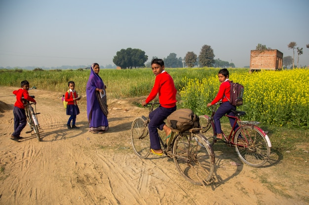 Bihar india - 15 de febrero de 2016: niños no identificados van a la escuela