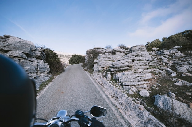 Biker en la carretera de montaña