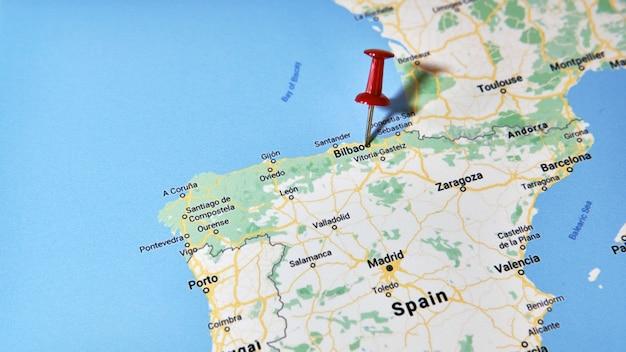 Bilbao, españa en un mapa que muestra una chincheta de color