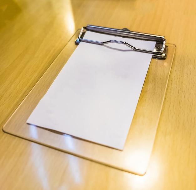 Bill dinero papel en blanco blanco en bandeja de madera