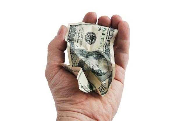 Un billete de cien dólares en efectivo arrugado en la mano. aislado en un fondo blanco.