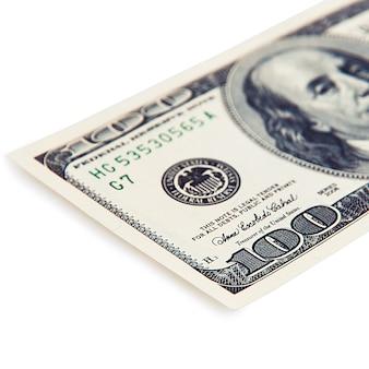 Billete de cien dólares sobre un fondo blanco, aislado.