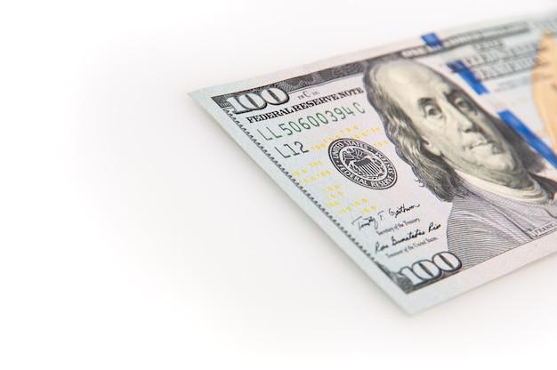 Un billete de cien dólares sobre un fondo blanco.