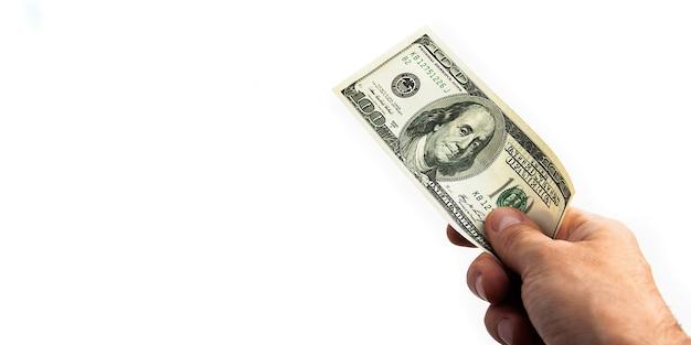 Un billete de cien dólares en su mano sobre un fondo blanco aislado billete de cien dólares americanos