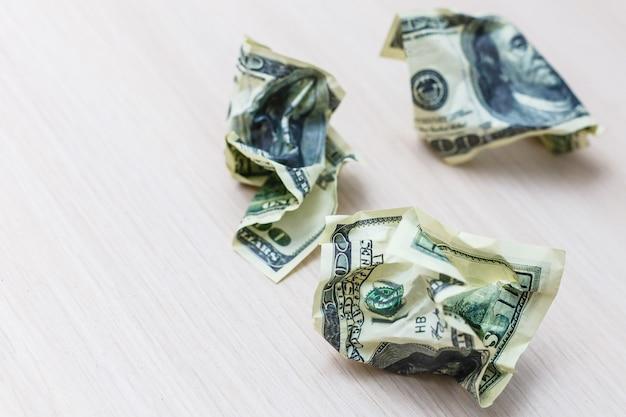 Billete de un dólar aislado sobre un fondo blanco.