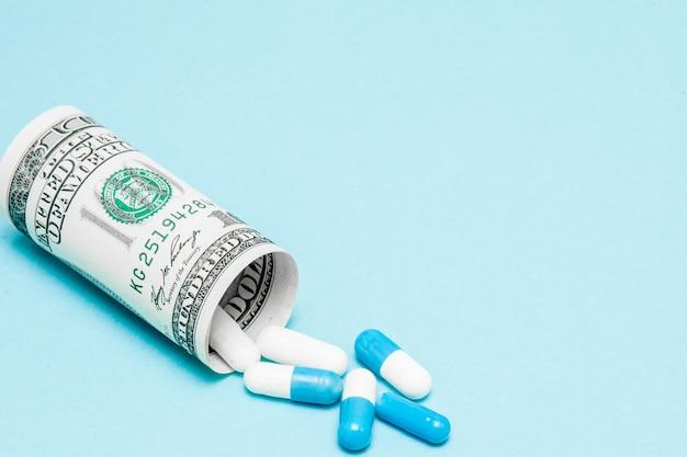 Billete de un dólar enrollado con pastillas saliendo