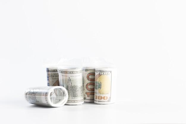 Billete de un dólar envuelto en plástico aislado en blanco, financiero