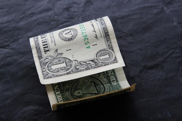 Billete de un dólar sobre una superficie negra