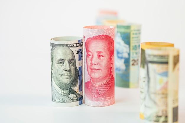 Billete de dólar y yuan entre los billetes internacionales. es el símbolo de la crisis de la guerra comercial arancelaria entre los estados unidos de américa y china, que es el país económico más grande del mundo.