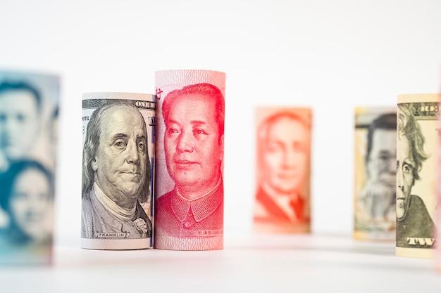 Billete de dólar y yuan entre billetes internacionales