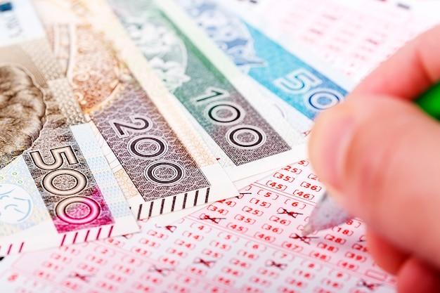 Billete de lotería con dinero polaco.