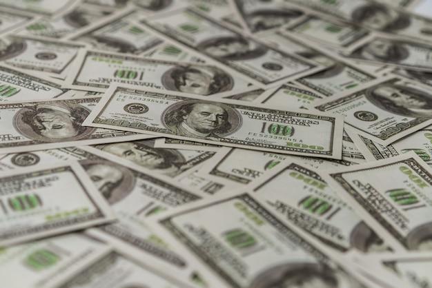 Billete de papel americano de cien dólares.