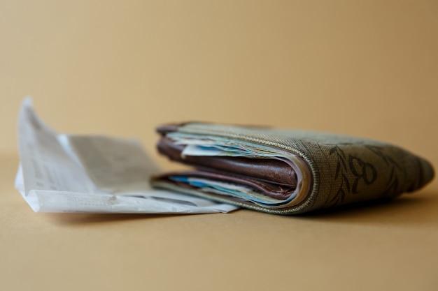 Billetera con dinero y cheque de caja de la tienda