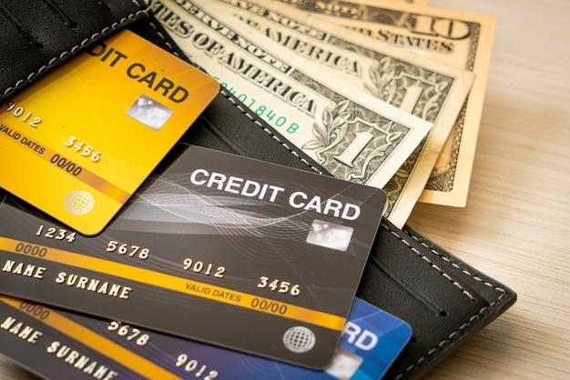 Billetera con dinero y tarjeta de crédito