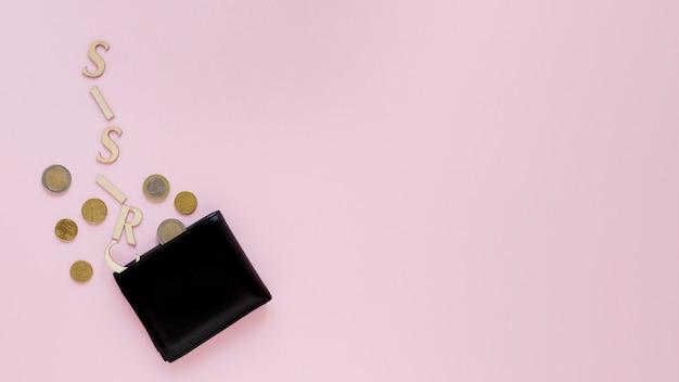 Billetera con monedas en la mesa