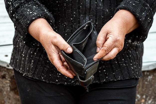 Una billetera vacía en manos de un pensionista.