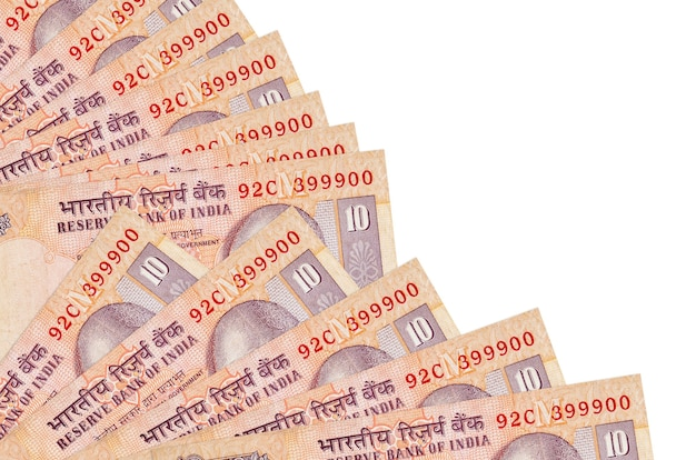 Billetes de 10 rupias indias se encuentra aislado sobre fondo blanco con espacio de copia apilados en ventilador cerrar