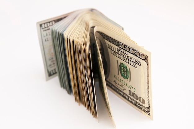 Billetes de 100 dólares en un fondo blanco. concepto de pago, ahorro, presupuesto, ganancias, finanzas