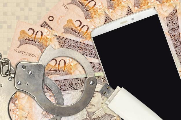 Billetes de 20 pesos dominicanos y smartphone con esposas policiales. concepto de ataques de phishing de piratas informáticos, estafa ilegal o distribución suave de software espía en línea