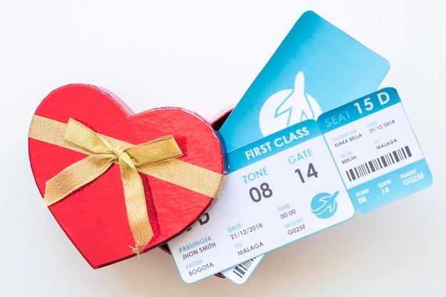 Billetes de avión en caja de regalo.