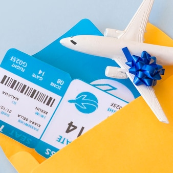 Billetes de avión en el caso del documento cerca de aviones