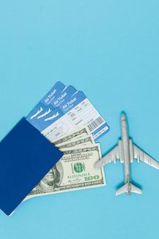 Billetes de avión, pasaporte y billetes de dólar