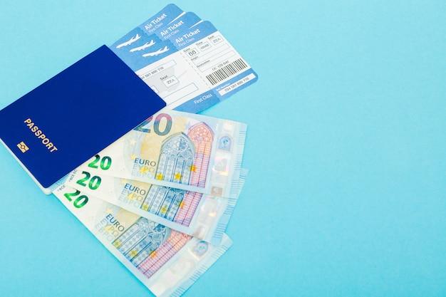 Billetes de avión, pasaporte y billetes en euros