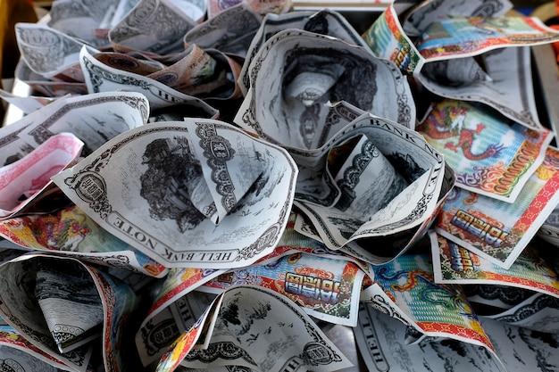 Billetes de banco falsos usados en ofrendas espirituales.