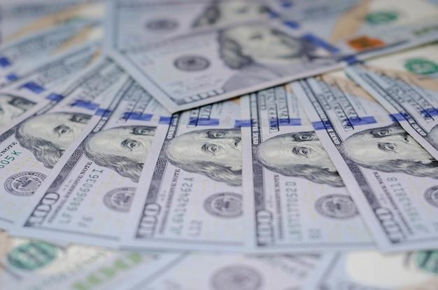 Billetes de cien dólares bellamente dispuestos