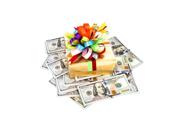 Billetes de cien dólares en caja de regalo decorada.